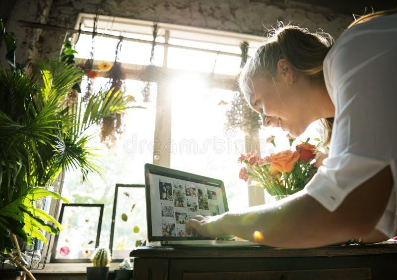 La vendita del negozio di fiore di e-business promuove sui media sociali immagini stock