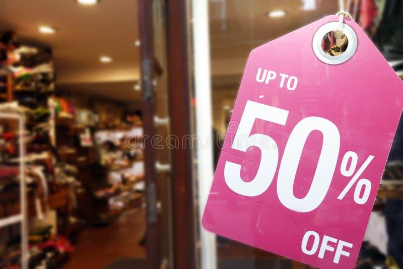 La vendita firma dentro la finestra del negozio fotografie stock libere da diritti