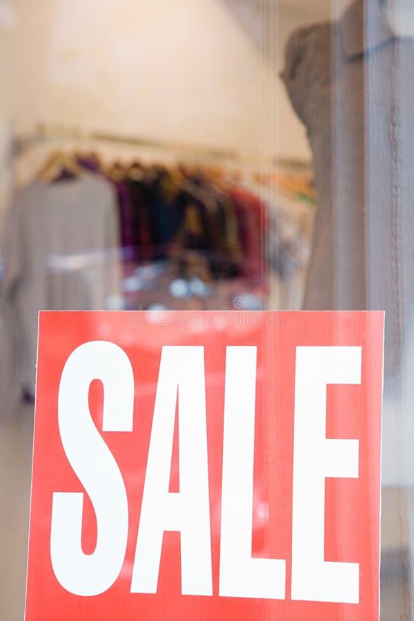 La vendita firma dentro la finestra del negozio fotografie stock