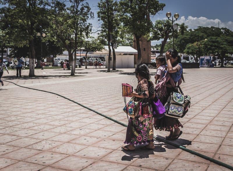 La vendita indigena delle donne handcrafts nel Chiapas Messico fotografia stock libera da diritti