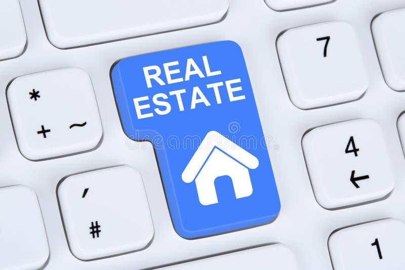 La vendita o comprare del bene immobile si dirige l'icona online sul computer fotografia stock