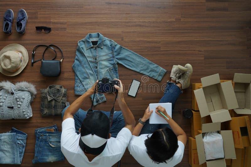 La venta de las mujeres y de los hombres en línea comienza para arriba al pequeño propietario de negocio fotos de archivo