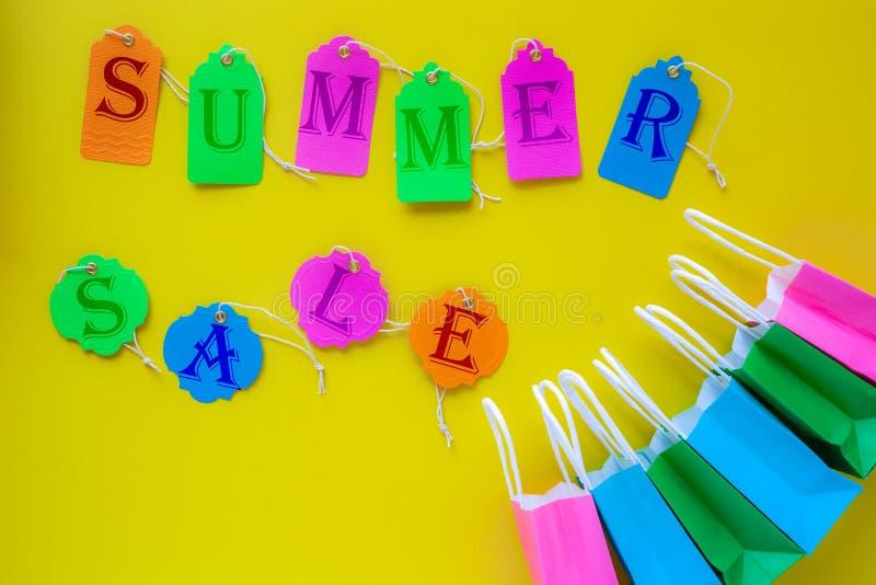 La venta del verano escrita en venta colorida marca con etiqueta en backg amarillo brillante fotos de archivo