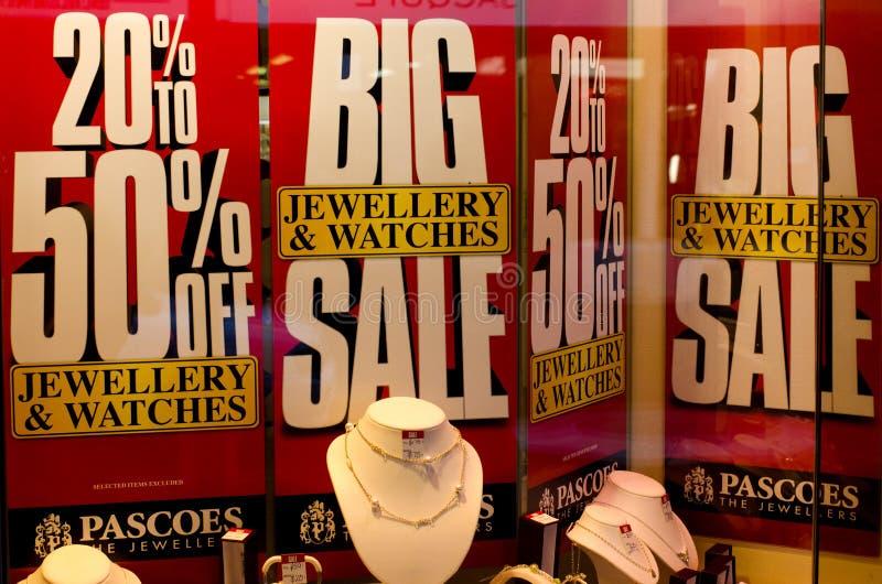 La venta firma adentro una ventana del departamento de joyería. imagenes de archivo