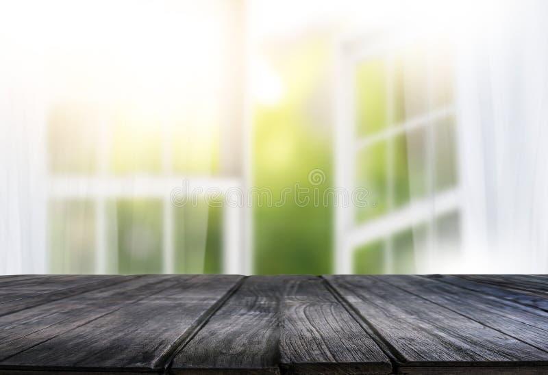 la ventana brillante de la cortina de la mañana y la tabla vacía empañaron el backgroun imagenes de archivo