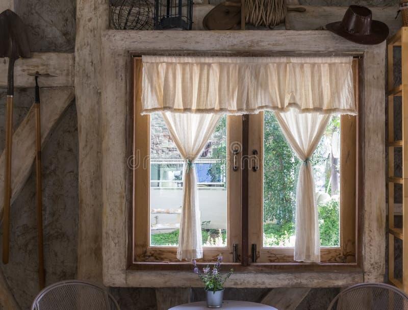 La ventana de madera en la casa de campo fotografía de archivo libre de regalías