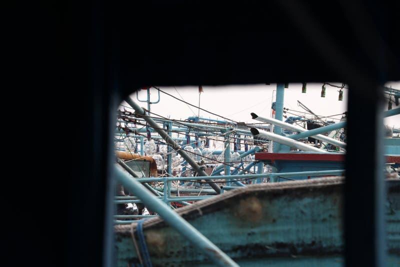 La ventana del barco de pesca vio el aterrizaje de muchos barcos de pesca imágenes de archivo libres de regalías