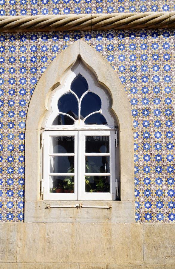 La ventana del palacio nacional de Pena-Sintra, esmalte azul teja la pared fotografía de archivo