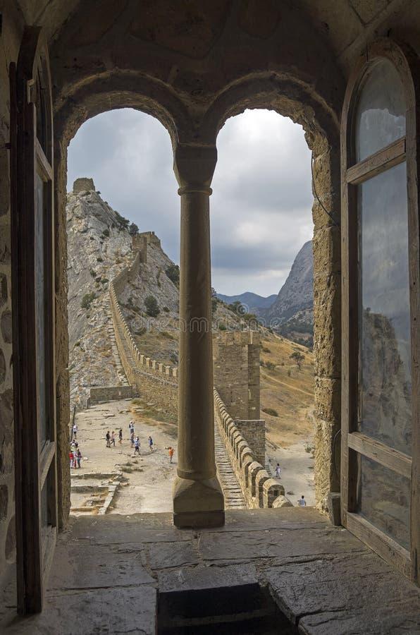 La ventana en el castillo consular en fortaleza Genoese vieja Sudak foto de archivo