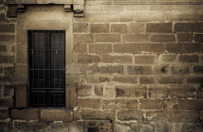 La ventana en espeluznante stonewall foto de archivo
