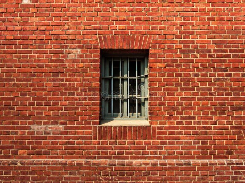 La ventana en la pared de la prisión fotos de archivo