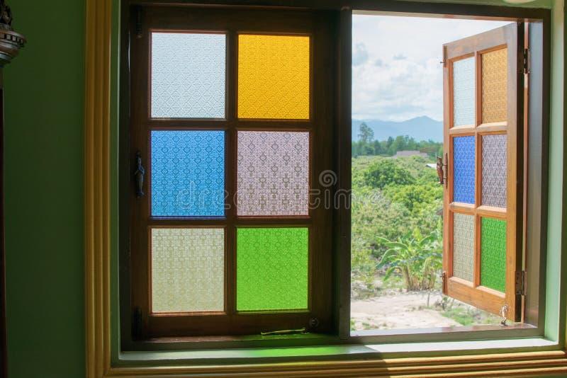 La ventana es un espejo multicolor La reflexión es hermosa foto de archivo