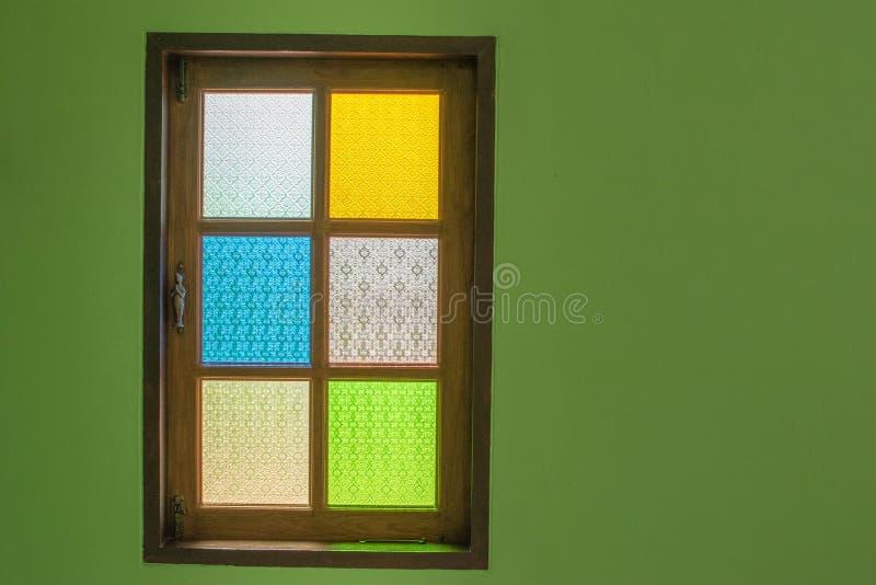 La ventana es un espejo multicolor La reflexión es hermosa fotos de archivo libres de regalías