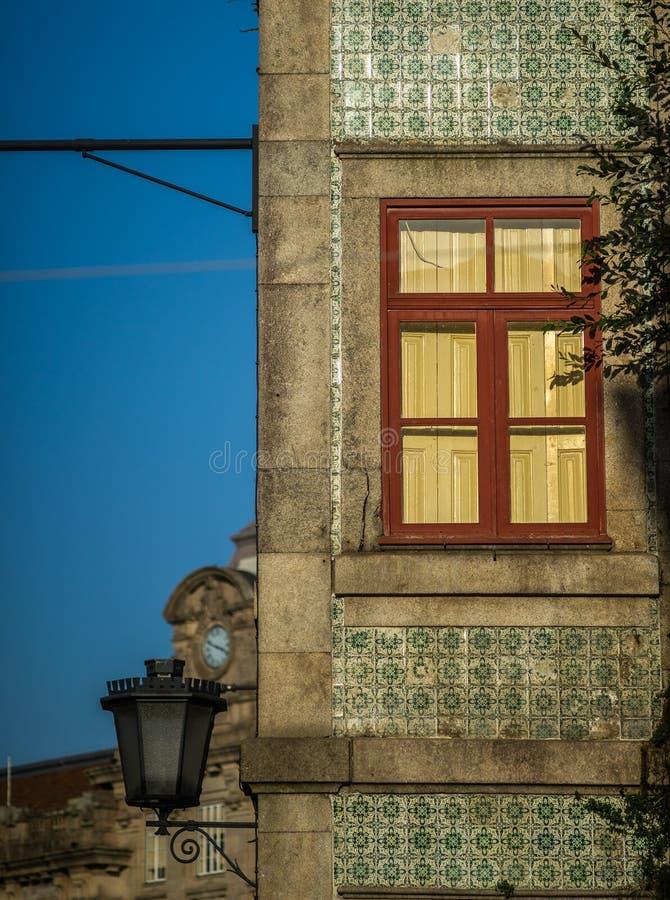 La ventana roja de ancien la casa con loantern fotos de archivo