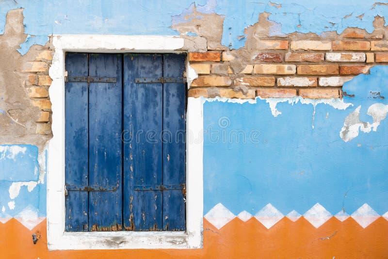 La ventana vieja con el obturador de madera azul cerrado horizontalmente fotos de archivo libres de regalías