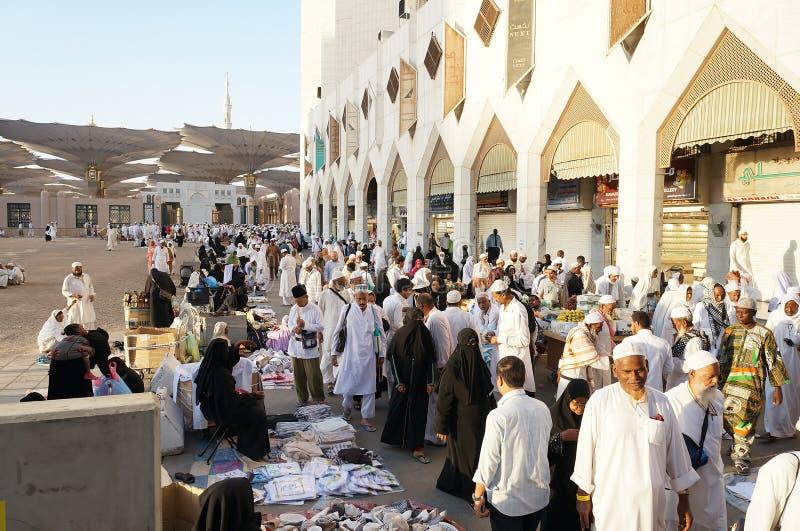 La vente après matin prient aux places de mosquée de Nabawi image libre de droits