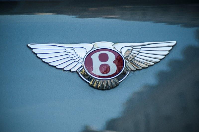 La vente au détail du logo de Bentley sur la voiture arrière a garé dans la rue images stock