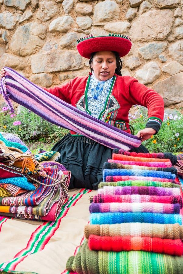 La vente de femme handcraft les Andes péruviens Cuzco Pérou images stock