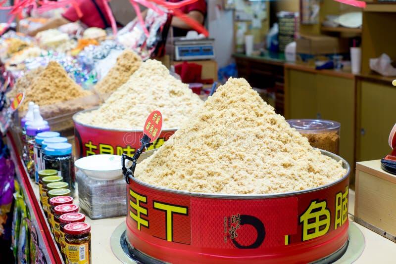 La vente traditionnelle du marché que les poissons secs floss photo libre de droits