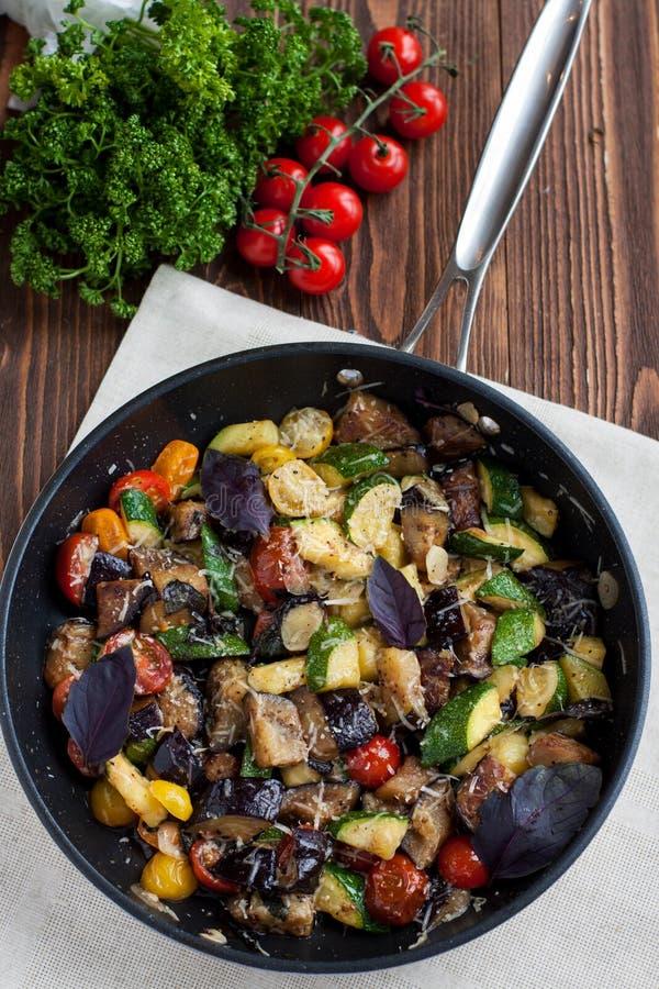 La verdura cuece del calabacín, berenjenas, tomates de cereza foto de archivo libre de regalías