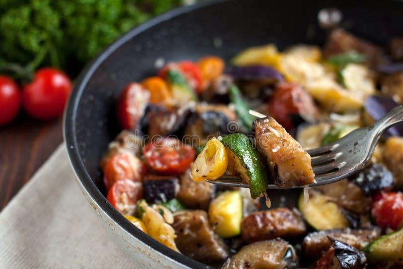 La verdura cuece del calabacín, berenjenas, tomates de cereza fotos de archivo