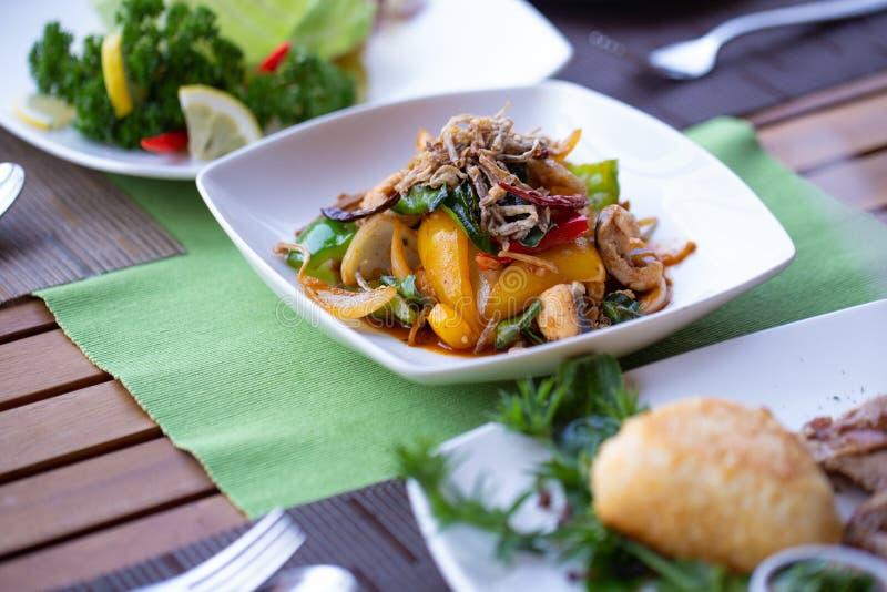 La verdura del estilo tailandés y los mariscos mezclados calientes y picantes se mezclaron con pimienta verde, paprika e hierbas imagenes de archivo