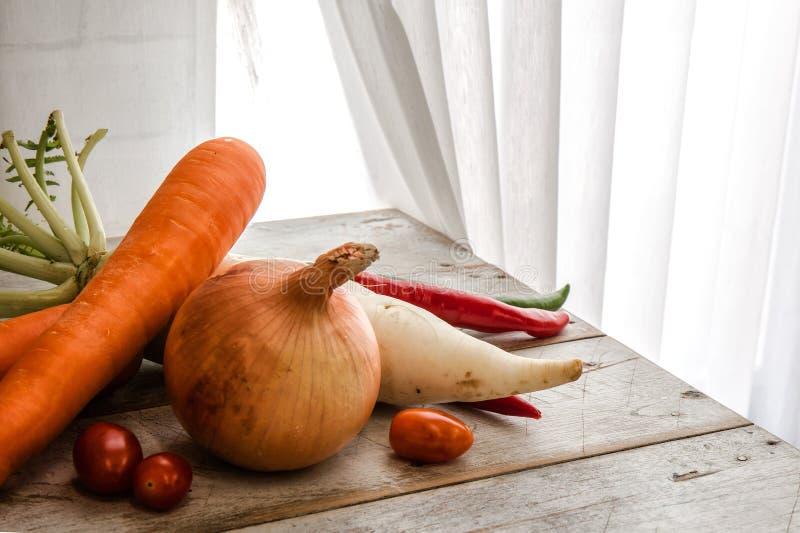 La verdura orgánica sana del vintage para el concepto de la dieta, puso el woode fotos de archivo