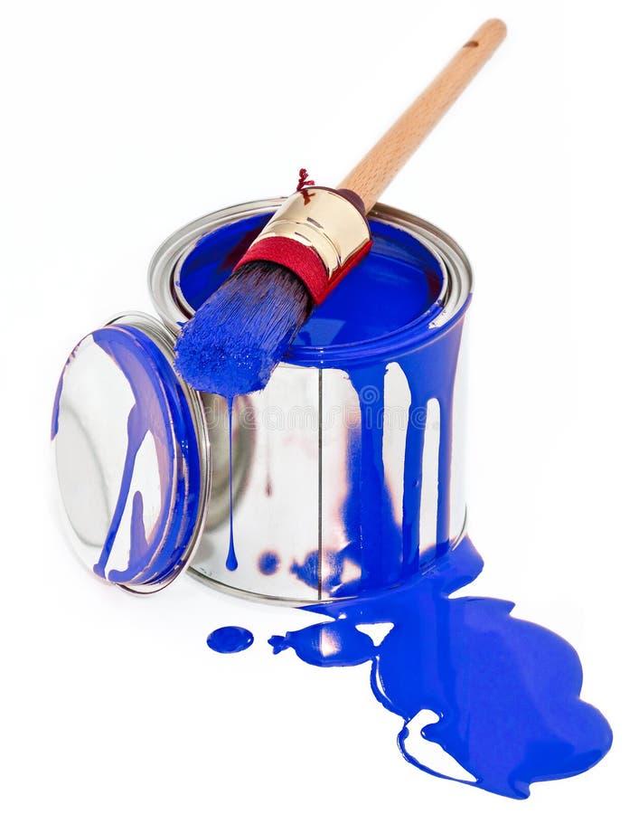 La vernice può con la spazzola della sgocciolatura isolata su bianco fotografie stock libere da diritti