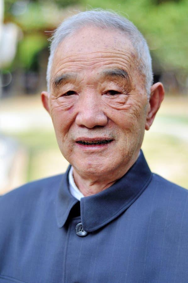 La verticale d'homme plus âgé photo libre de droits