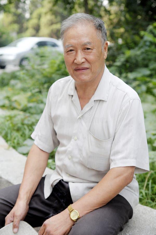 La verticale d'homme plus âgé extérieure photographie stock