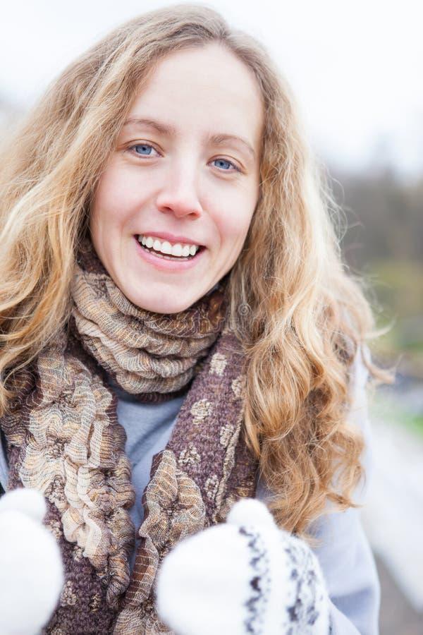 La verticale d'une jeune fille de sourire en hiver vêtx image stock