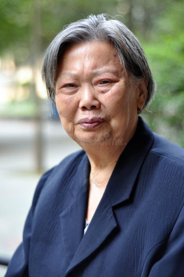 La verticale de femme plus âgée image libre de droits