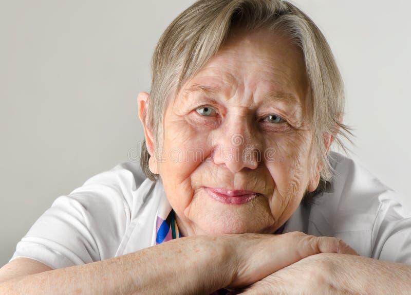 La verticale de la femme âgée photo libre de droits