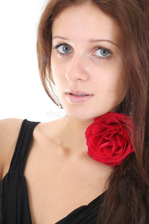 La verticale de la fille avec le rouge s'est levée dans son cheveu images libres de droits