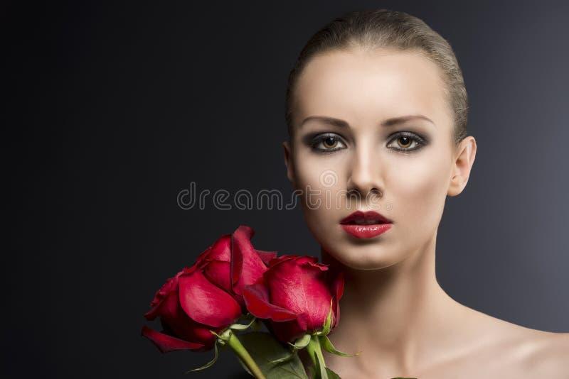 La verticale discrète de la fille avec des roses photos libres de droits