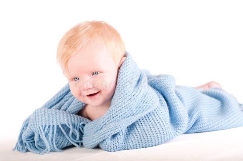 La verticale du bébé mignon dans l'enveloppe bleue photographie stock libre de droits