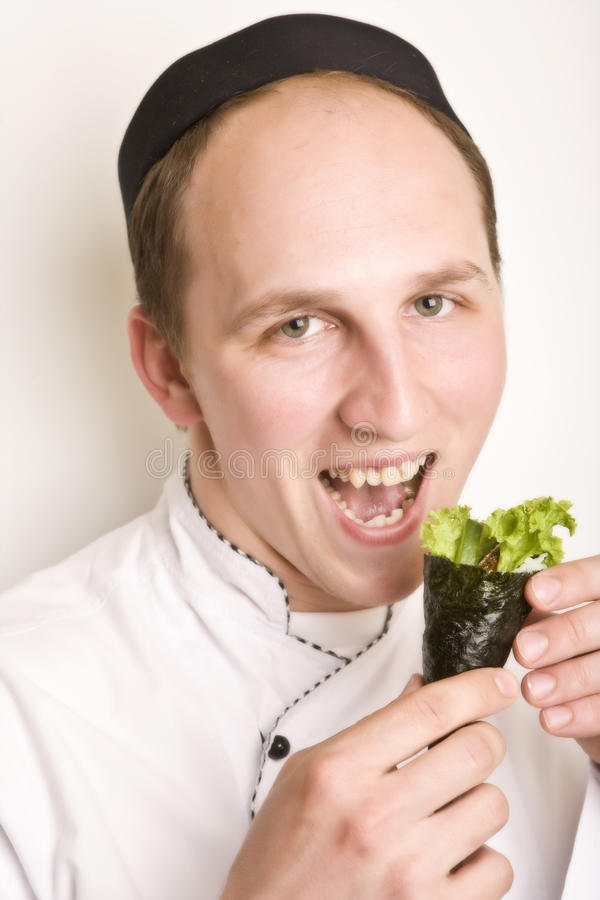 la verticale en chef de cuisinier préparent le susi à photographie stock