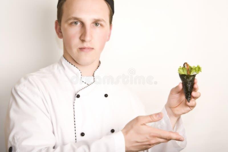 la verticale en chef de cuisinier préparent le susi à photographie stock libre de droits
