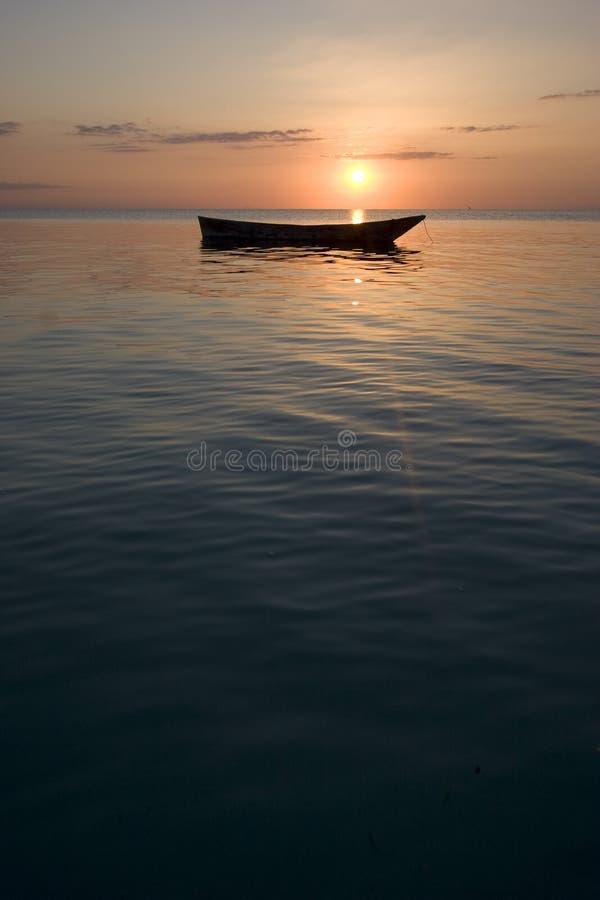 La verticale a tiré du bateau de ligne au coucher du soleil dans le zanz de l'Afrique images libres de droits