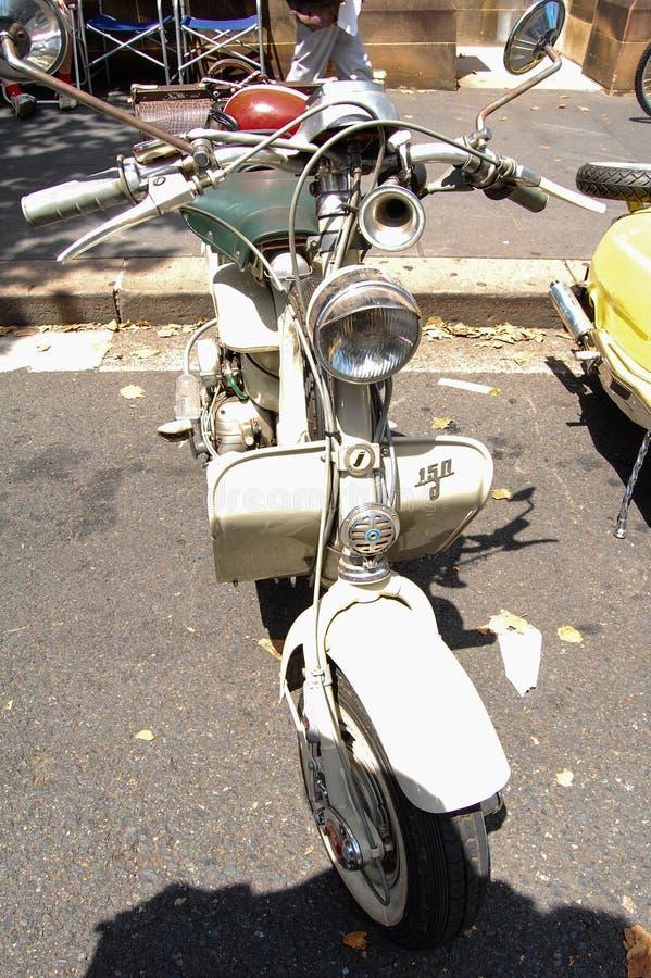 La vespa de la moto del vintage en salones del automóvil clásicos el día de Australia imagen de archivo libre de regalías
