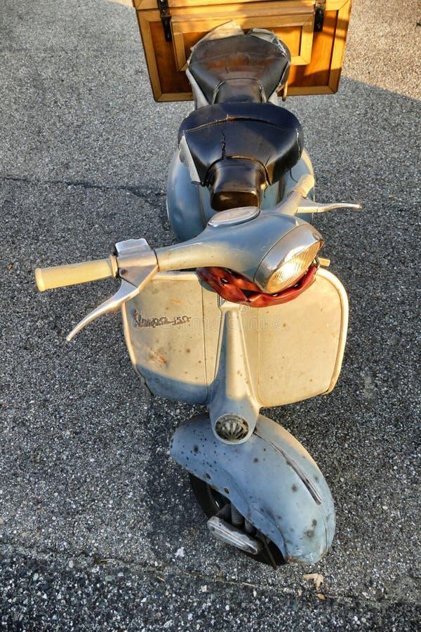 La vespa icónica italiana del Vespa del vintage parqueó cerca para arriba foto de archivo libre de regalías