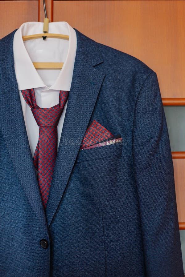 La veste des hommes élégants accrochant sur un cintre photos libres de droits