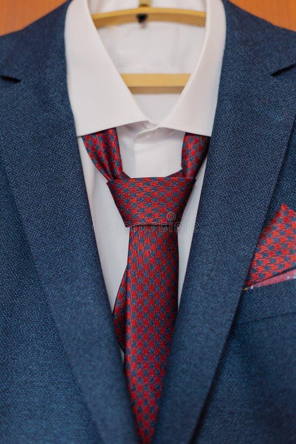 La veste des hommes élégants accrochant sur un cintre images stock