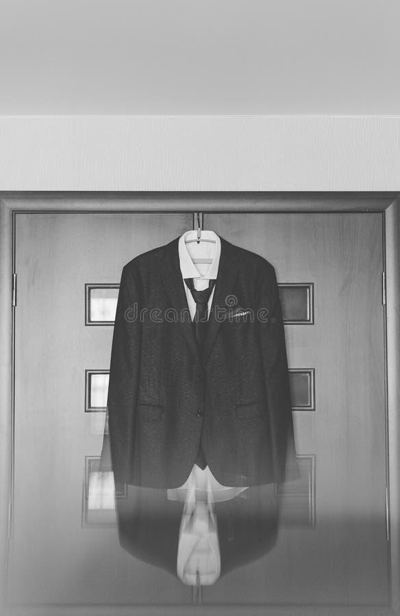 La veste des hommes élégants accrochant sur un cintre images libres de droits