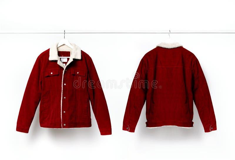 La veste des hommes rouges de velours côtelé de l'avant et du dos sur le cintre de manteau blanc sur la tige contre la configurat photo libre de droits