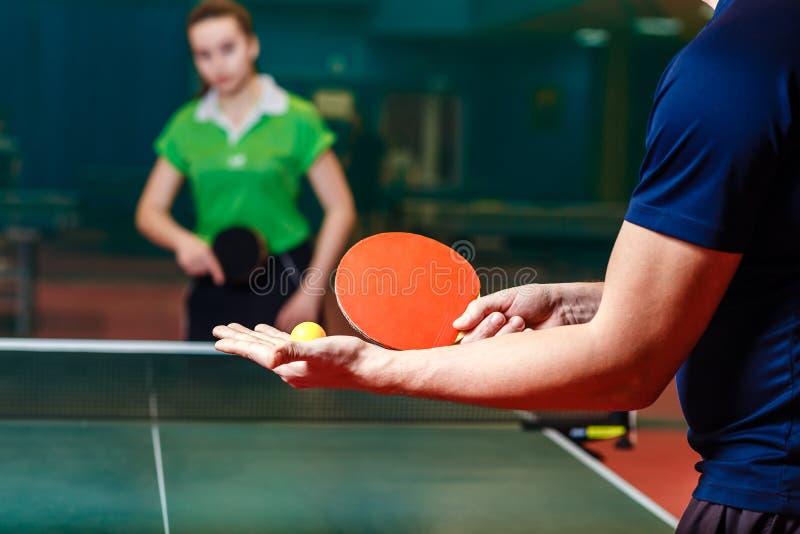La vettura insegna ad un adolescente a giocare il ping-pong Archivio della palla in ping-pong fotografia stock libera da diritti