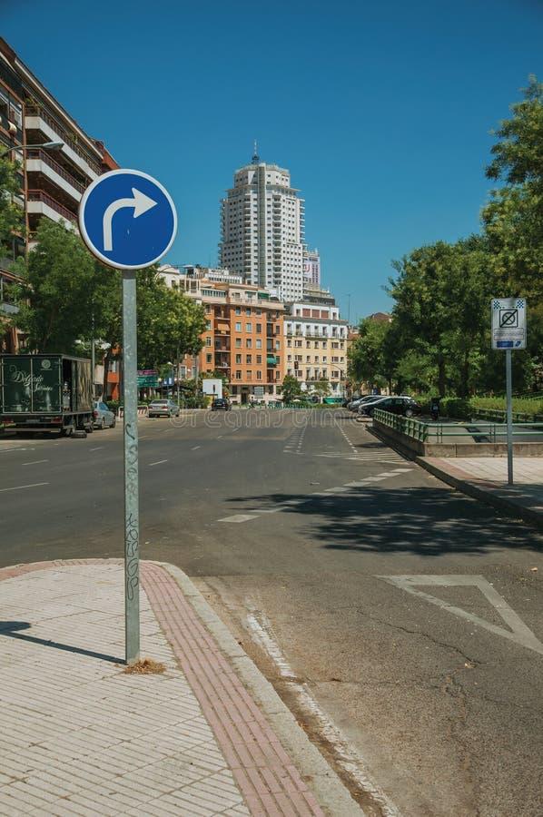 La via con TIENE il GIUSTO cartello e la costruzione a Madrid immagini stock libere da diritti