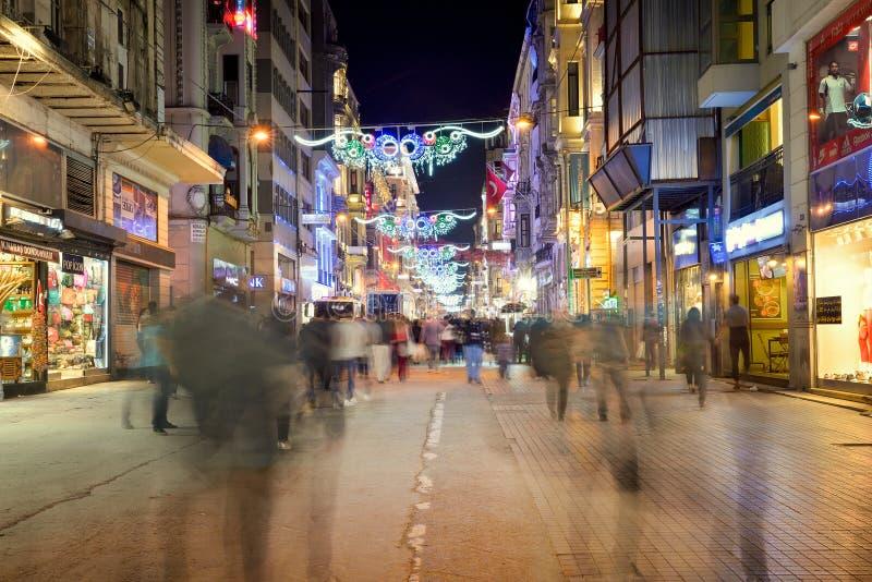 La via di Istiklal è una delle vie più famose a Costantinopoli fotografia stock libera da diritti