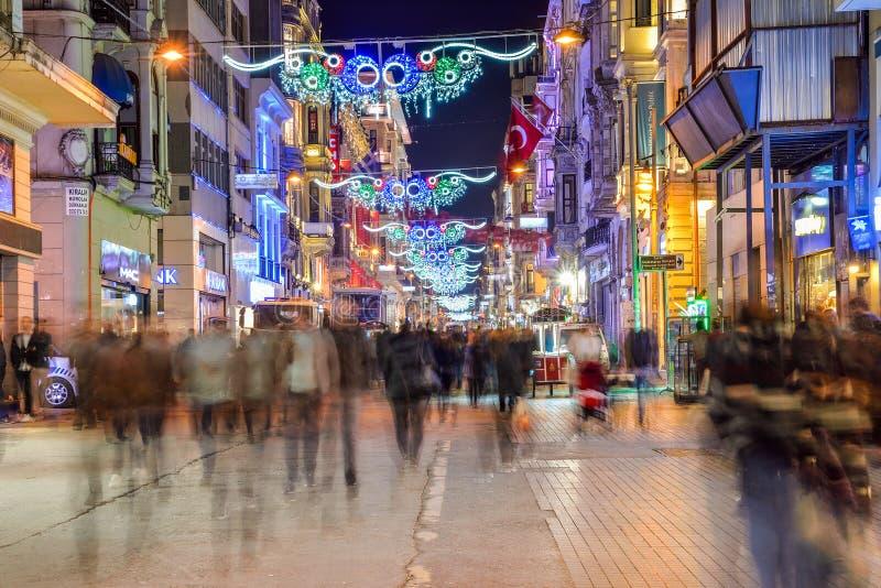 La via di Istiklal è una delle vie più famose a Costantinopoli fotografie stock