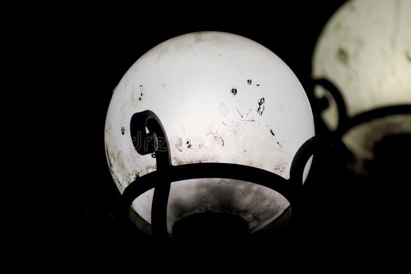 La via gradisce la palla della luce di luna piena sulla via di notte nel centesimo fotografia stock libera da diritti